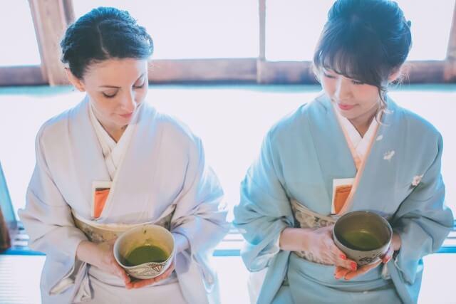 着物女性2人がお茶を飲む