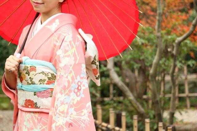 唐傘を持った着物女性