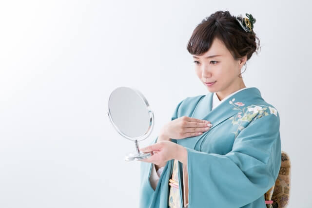 鏡を見る着物女性