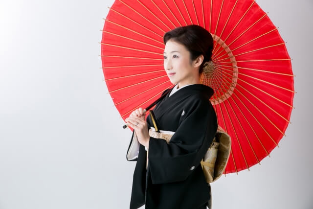 傘をもった着物女性