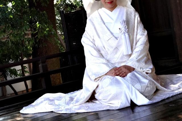 c73f7cc2954aa 打掛は花嫁衣裳に用いられる着物で、白無垢や色打掛といったものがあります。洋服でいうドレスであり、白無垢は白ドレス、色打掛はカラードレス と考えて良いでしょう。