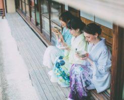 横から見た着物女性3人
