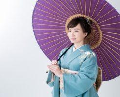 傘をきた着物女性