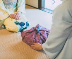 着物女性と小包