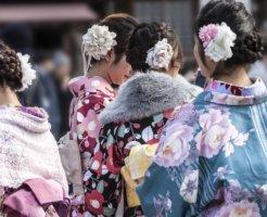 成人式で着物を着ている女性