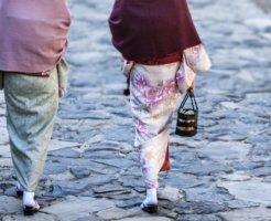 羽織を着た着物女性