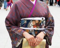 紫色の訪問着を着た女性
