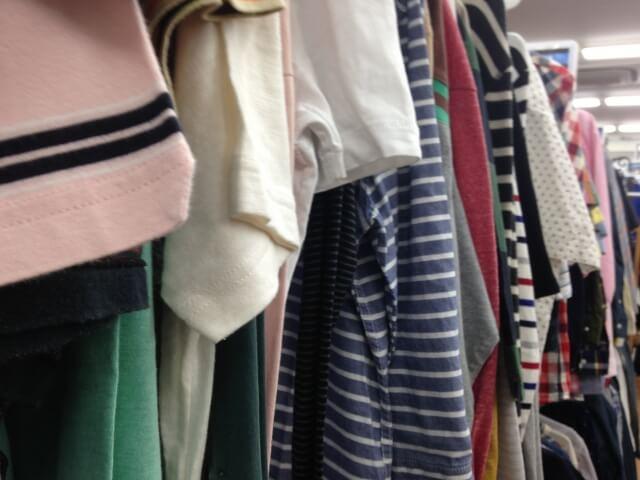 服がたくさん並んだ古着屋