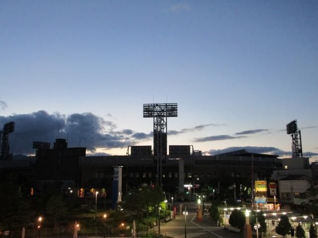 西宮市にある甲子園球場の夜景