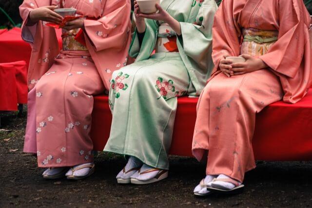 茶屋に座る和服女性3人