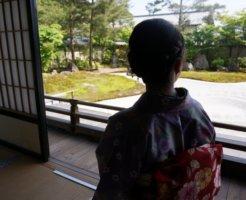 訪問中の着物女性