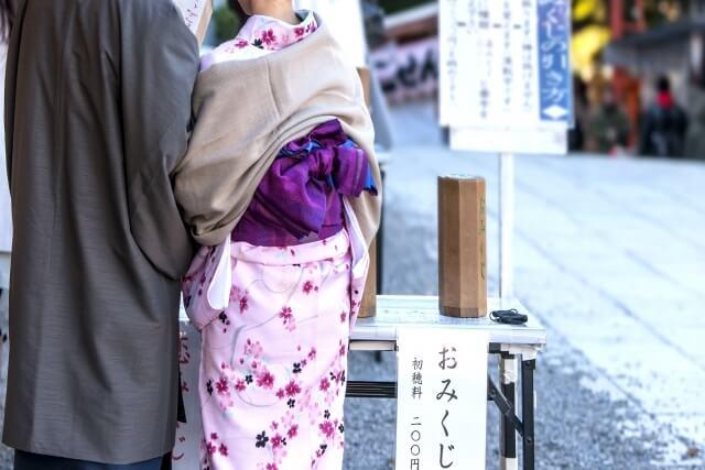 初詣に行く着物女性